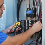 un especialista actualizando el panel eléctrico de una casa