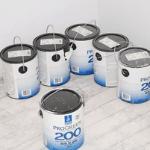 latas de pintura que un trabajador de mantenimiento ha reunido antes de comenzar a pintar una casa