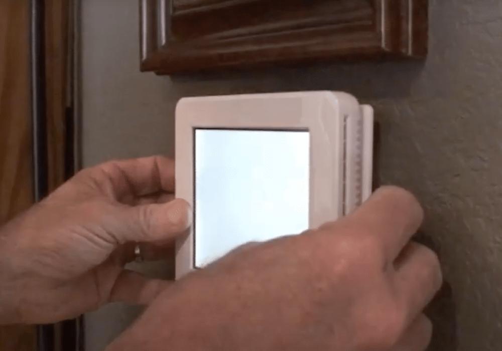 un especialista de ABC dando mantenimiento a la unidad de aire acondicionado en una casa