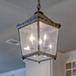 un especialista instalando luminarias nuevas para un cliente