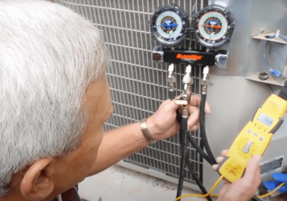 un especialista de ABC reparando la unidad de aire acondicionado en una casa