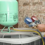 un especialista de ABC diagnosticando la causa de la falla de unidad de aire acondicionado