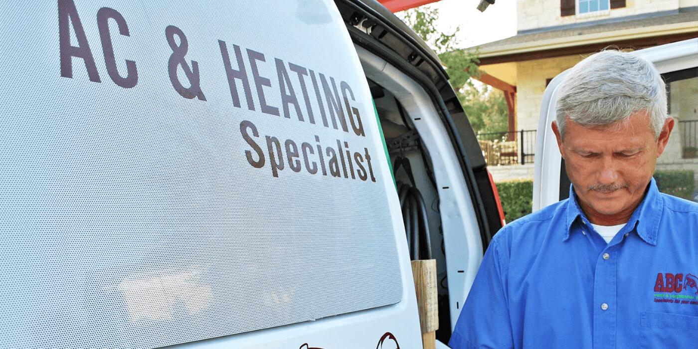 un especialista en calefacción, ventilación y aire acondicionado escribiendo un informe sobre el sistema de calefacción y aire acondicionado de una casa