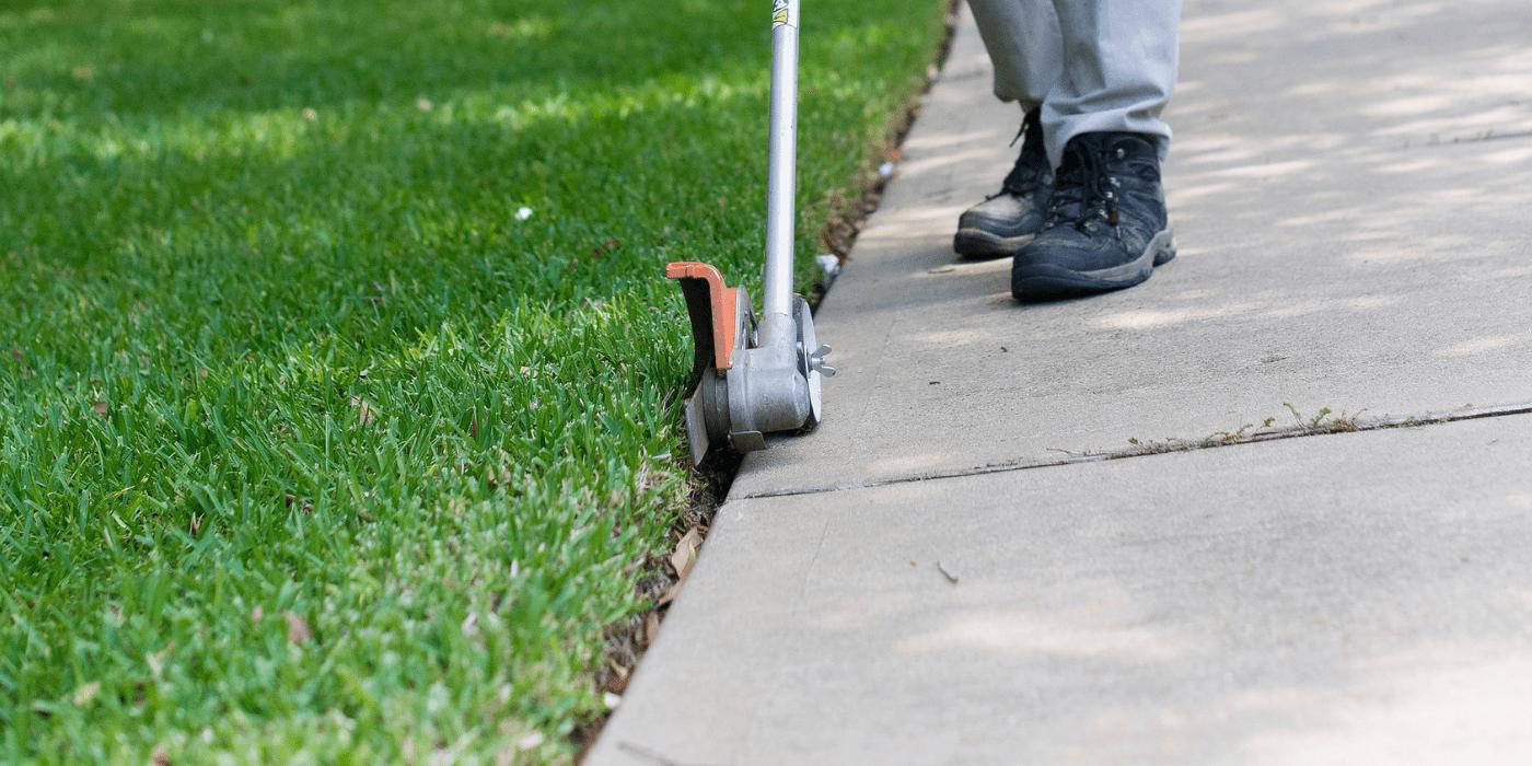 Un especialista en jardinería de ABC brindando servicios de mantenimiento jardines