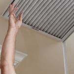 un propietario reemplazando un filtro de aire