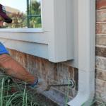 un plomero limpiando los desagües de una casa