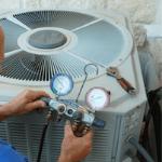un especialista realizando pruebas de diagnóstico en una unidad de aire acondicionado