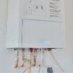 un calentador de agua que necesita reparación